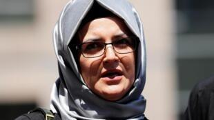 Hatice Cengiz, la fiancée de Jamal Khashoggi, répond aux journalistes à Istanbul, le 3 juillet 2020.