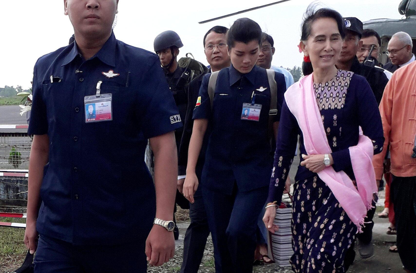 A líder birmanesa Aung San Suu Kyi visitou nesta quinta-feira, pela primeira vez, o oeste do país, onde em agosto uma onda de repressão obrigou os muçulmanos rohingyas a fugir em massa para Bangladesh.
