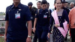 Jagorar gwamnatin kasar Myanmar Aung San Suu Kyi tare da mukarrabanta.