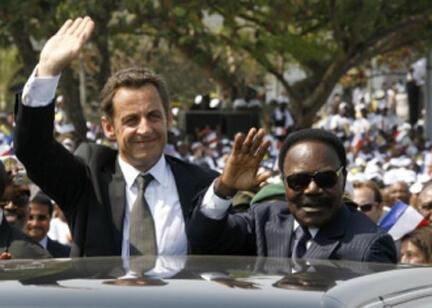 Em visita ao Gabão, dois meses após a posse, Nicolas Sarkozy passeia pelas ruas de Libreville em carro aberto com o então presidente Omar Bongo.