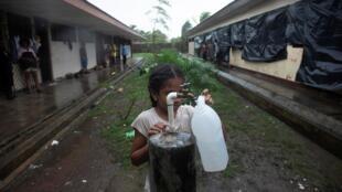 L'ouragan Iota arrive sur la côte Atlantique du Nicaragua où la population se prépare tant bien que mal, par exemple en stockant de l'eau potable, Puerto Cabezas, le 16 novembre 2020.