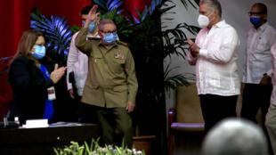 Raul Castro, premier secrétaire du Parti communiste cubain et ancien président, salue les participants du 8e Congrès du Parti communiste cubain. A droite, le président Miguel Diaz-Canel. 16 avril 2021.