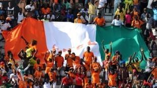 Mashabiki wa Cote d'Ivoire wakipigwa picha wakati wa mechi ya kufuzu dhidi ya Sierra Leone, Novemba 14 mwaka 2014 katika mji wa Abidjan.