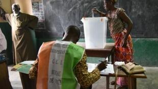 Opération de vote à Abidjan, Côte d'Ivoire, dimanche 25 octobre 2018.