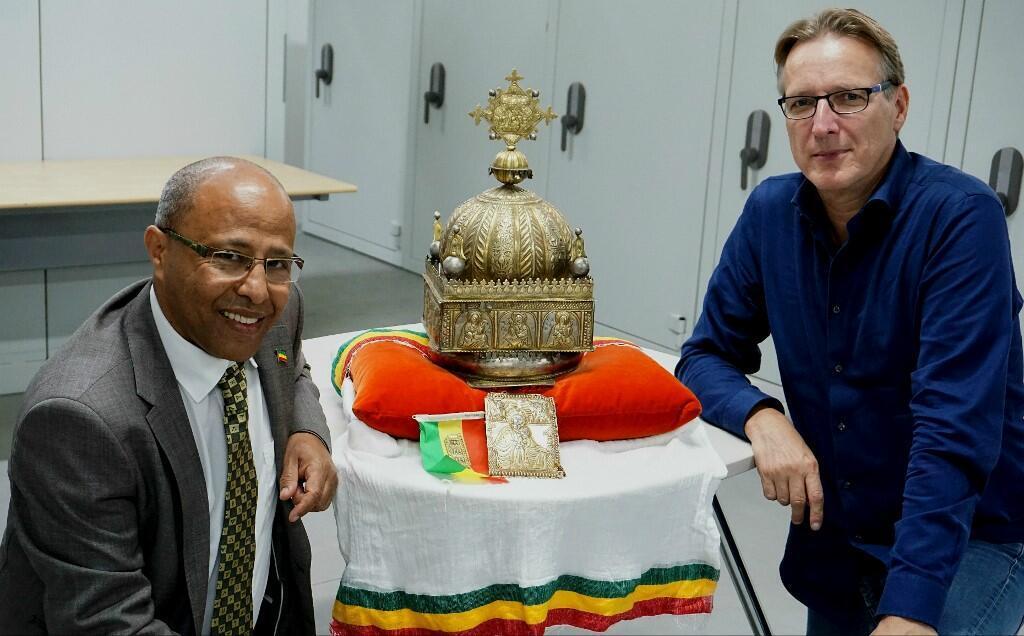 27 septembre, aux Pays-Bas, dans un endroit tenu secret. Sirak Asfaw et Arthur Brand, détective, posent à côté d'une couronne éthiopienne du XVIIIe siècle qui dormait chez le premier depuis 20 ans et considérée comme inestimable par les spécialistes.