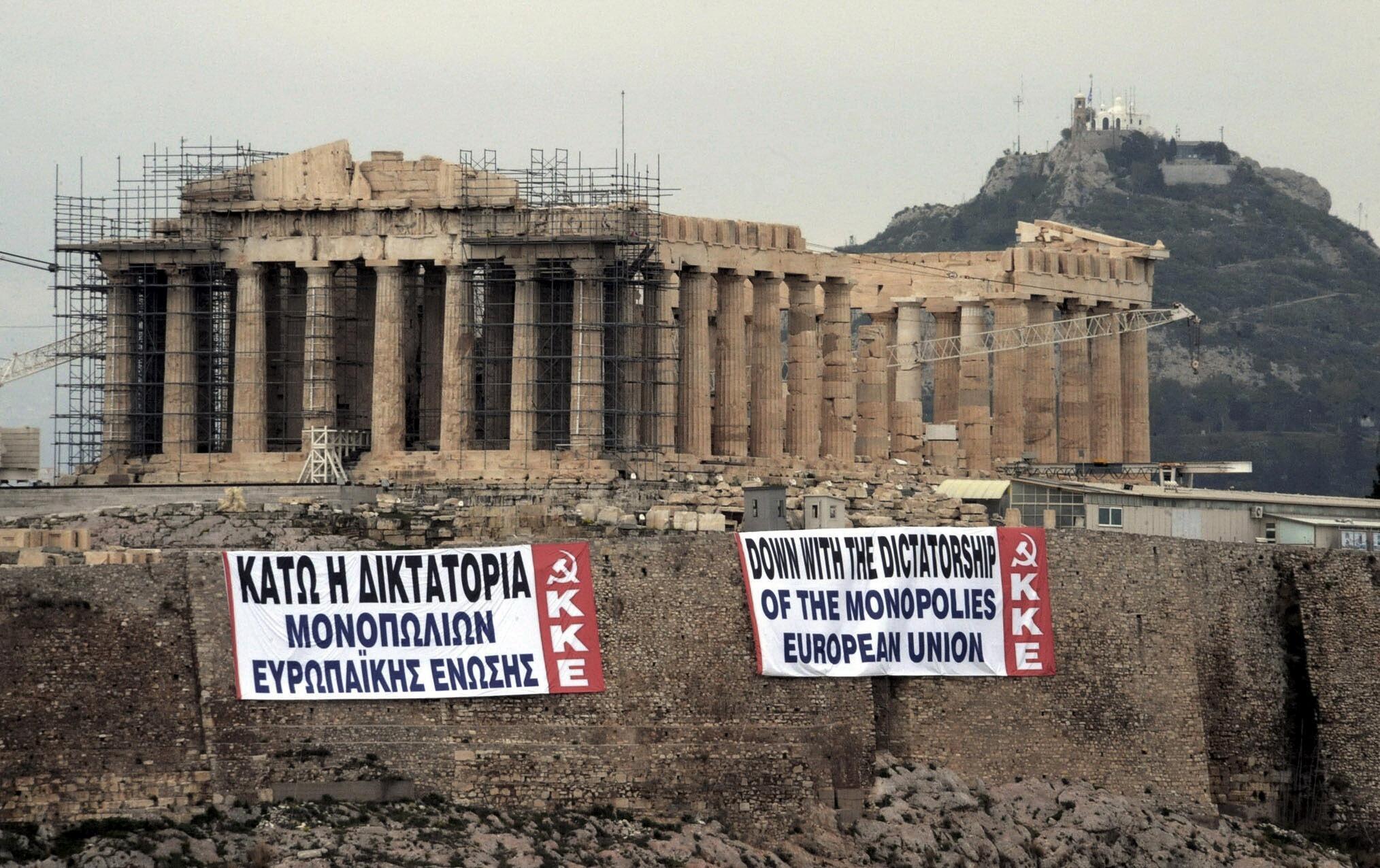 """Баннеры с надписью """"Долой диктатуру монополии Евросоюза"""" на греческом и английском языках на Акрополе в Афинах 11 февраля 2012 г."""