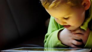 Es común que niños chicos tengan juegos en las tabletas.