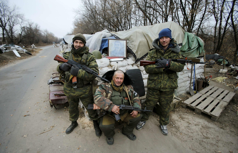 Separatistas prorrusos con una foto de Stalin en Donetsk, este 18 de noviembre de 2014.