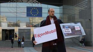 Performance devant le Parlement européen à Bruxelles.