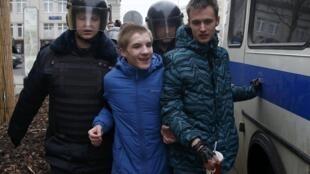 Cảnh sát Nga bắt giữ người biểu tình chống tham nhũng theo keo gọi của nhà đối lập Navalny. Ảnh ngày 26/03/2017.