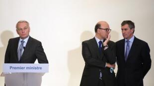 El primer ministro Jean-Marc Ayrault, el ministro de Economía Pierre Moscovici y el ministro delegado al Presupuesto Jérôme Cahuzac durante una conferencia de prensa sobre el tratado europeo, este 19 de septiembre de 2012 en París.