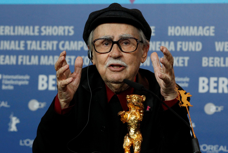 """ویتوریو تاویانی – فستیوال برلین، ٢٠١٢ – برادران تاویانی خرس طلایی را به خاطر فیلم """"سزار باید بمیرد"""" دریافت کردند."""