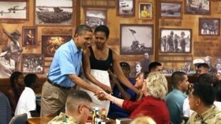 O presidente americano Barack Obama e sua esposa, Michelle, cumprimentam militares na base naval de Kaneohe Bay, no Havaí, nesta quarta-feira.