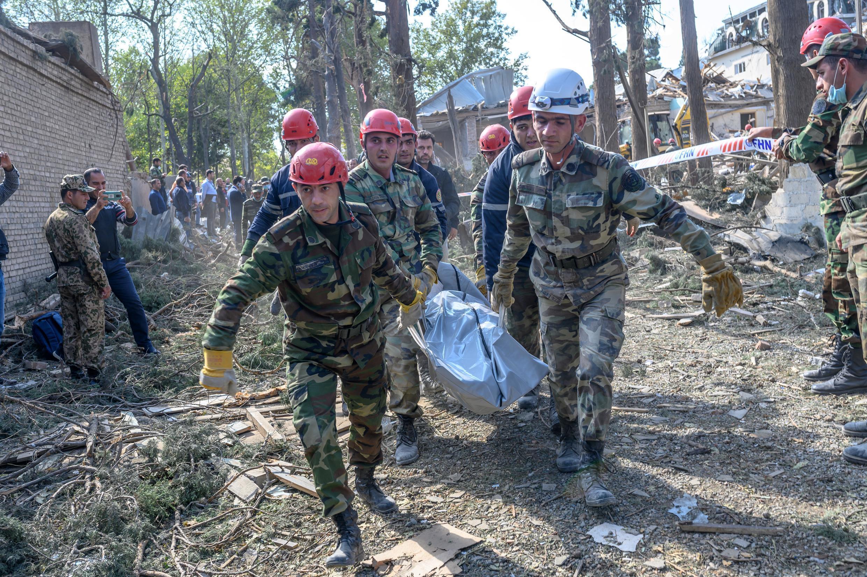 Uma equipe de resgate remove o corpo de uma vítima de um ataque com míssil na cidade de Ganyá em 11 de outubro de 2020 na região de Nagorno Karabakh, no Azerbaijão.