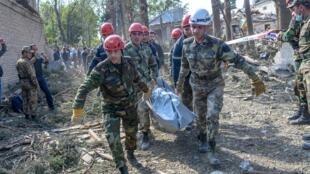 Un equipo de rescate se lleva el cadáver de una víctima de un ataque con proyectiles en la ciudad de Ganyá, el 11 de octubre de 2020 en la región de Nagorno Karabaj (Azerbaiyán)