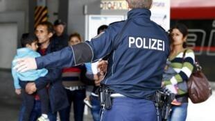Famílias de imigrantes desembarcam na estação de trem de Munique. 7 de setembro 2015.