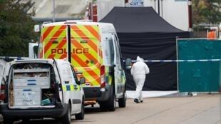 Cảnh sát Anh tại hiện trường nơi phát hiện thi thể 39 người trong một chiếc xe tải đông lạnh tại Essex (Anh Quốc) ngày 23/10/2019.