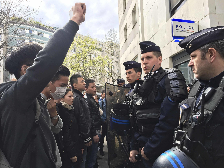 Акция протеста китайской коммьюнити у комиссариата полиции XIX округа Парижа, 28 марта 2017 г.