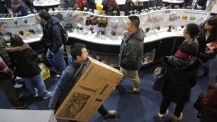 Consumidores aproveitam liquidações da Black Friday em loja de eletrônicos em Cambridge (Massachusetts).
