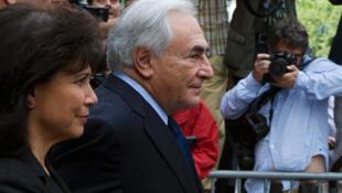 Strauss-Kahn deixa o tribunal de Nova York acompanhado de sua esposa, Anne Sinclair.