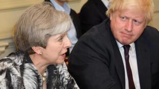 Nữ thủ tướng Theresa May (T) và ngoại trưởng B.Johnson trong cuộc họp nội các đầu tiên sau bầu cử Quốc Hội. Ảnh ngày 12/06/2017.