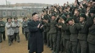 O líder norte-coreano, Kim Jong-Un, aplaude soldados de artilharia que bombardeou a ilha sul-coreana de Yeonpyeong, em novembro de 2010.