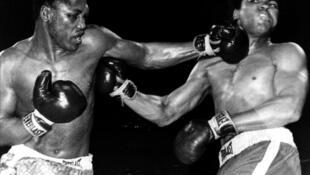 New York, le 8 mars 1971, au Madison Square Garden. Le «gauche» de Joe Frazier au visage de Mohamed Ali.  Un point déterminant dans le combat qui verra la victoire de Joe Frazier.