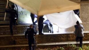 پلیس سوئیس در حال پوشاندن جنازه پیدا شده فردی در نزدیکی مسجد زوریخ که حدس میزند مربوط به مهاجم حمله به مرکز اسلامی باشد. دوشنبه ۱۹ دسامبر ٢٠۱۶