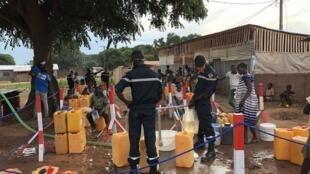 L'eau vient du réseau traité de la Société de distribution de Centrafrique. Elle est aujourd'hui payante, une réflexion est menée pour permettre la gratuité généralisée de l'accès à l'eau.
