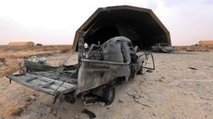Des véhicules détruits à l'extérieur d'un hangar de la base aérienne d'al-Watiya en Libye, reprise par les forcees du GNA le 18 mai.