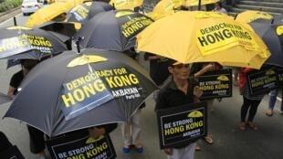 """Os manifestantes, conhecidos como """"revolucionários dos guarda-chuvas"""", continuaram nesta quinta-feira (2), pelo quinto dia consecutivo, protestos a favor da democracia em Hong Kong."""