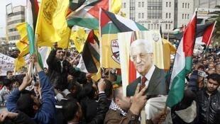 Simpatizantes de Mahmud Abas expresaron el apoyo al presidente de la Autoridad Palestina en Naplusa (Cisjordania), el 27 de enero.