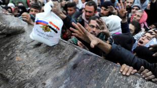 從阿勒頗東區冒死逃生的爭領食品。