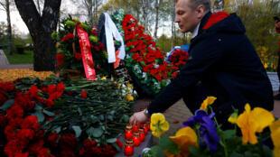 Участник акции «Чернобыльский шлях» зажигает свечу в память о трагедии