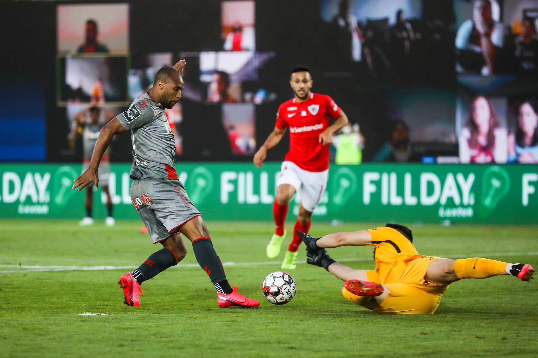 Wilson Eduardo (esquerda), avançado angolano do Sporting de Braga, não conseguiu marcar frente ao Santa Clara.