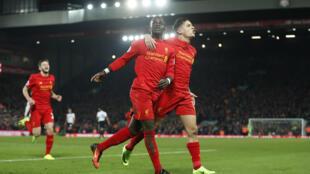 Mshambuliaji wa Liverpool Sadio Mané akiwa na wachezaji wenzake.