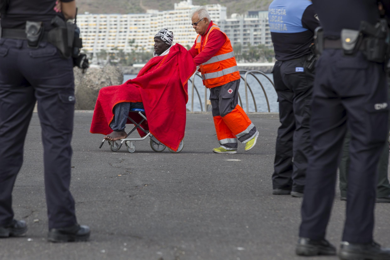 Một người nhập cư Châu Phi được hội Hồng Thập Tự chăm sóc sau khi tới cảng Arguineguin, Tây Ban Nha, ngày 07/12/2015.