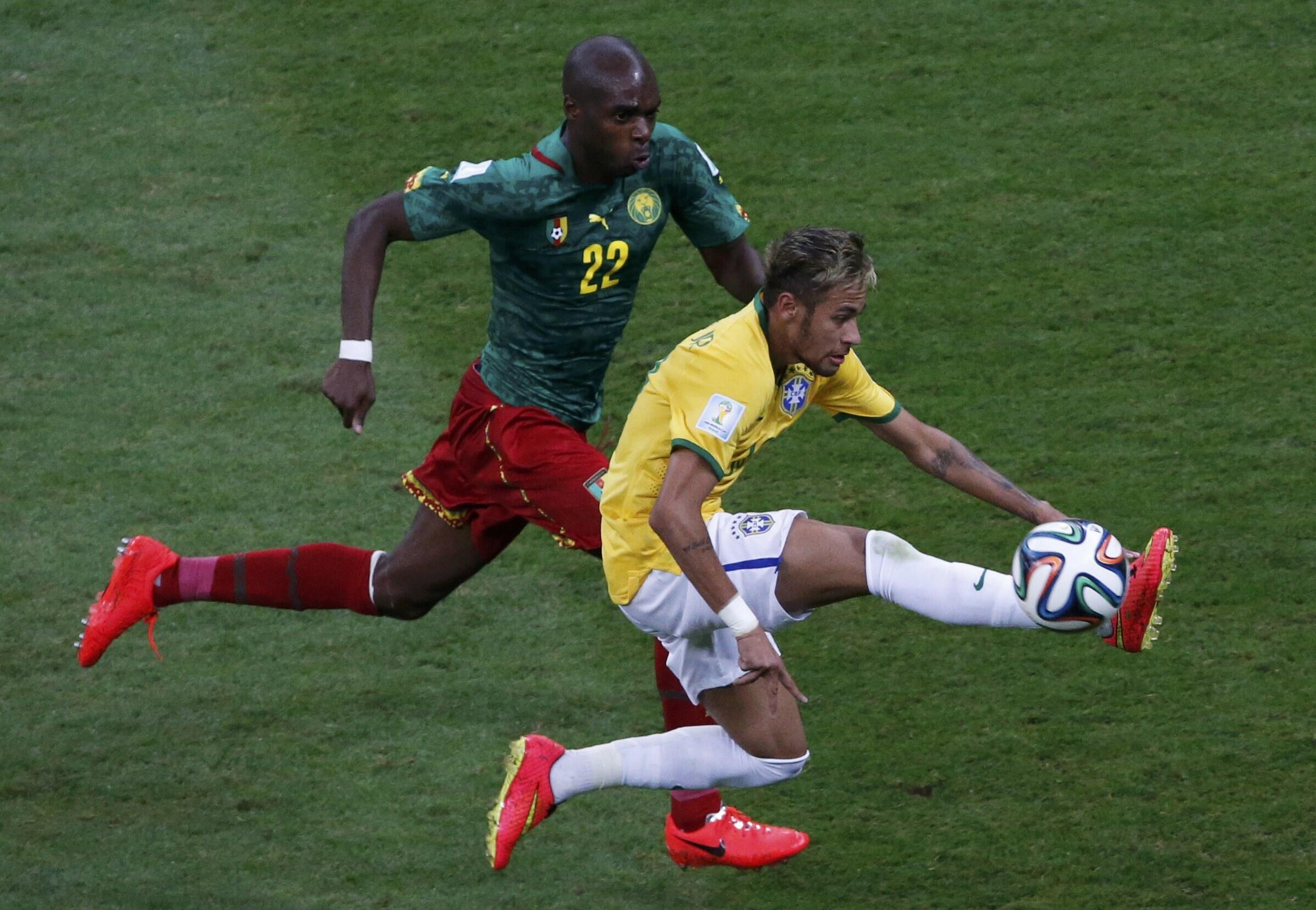 Mshambulizi wa Brazil Neymar akidhibiti mpira dhidi ya mchezaji wa Cameroon Allan Nyom