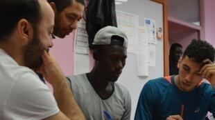 De gauche à droite Samir Sadi-Haddad de l'association Aurore, Philippe Lacôte réalisateur, Moussa jeune participant aux ateliers, Hamza Margoum auteur de «Une course de réussite».