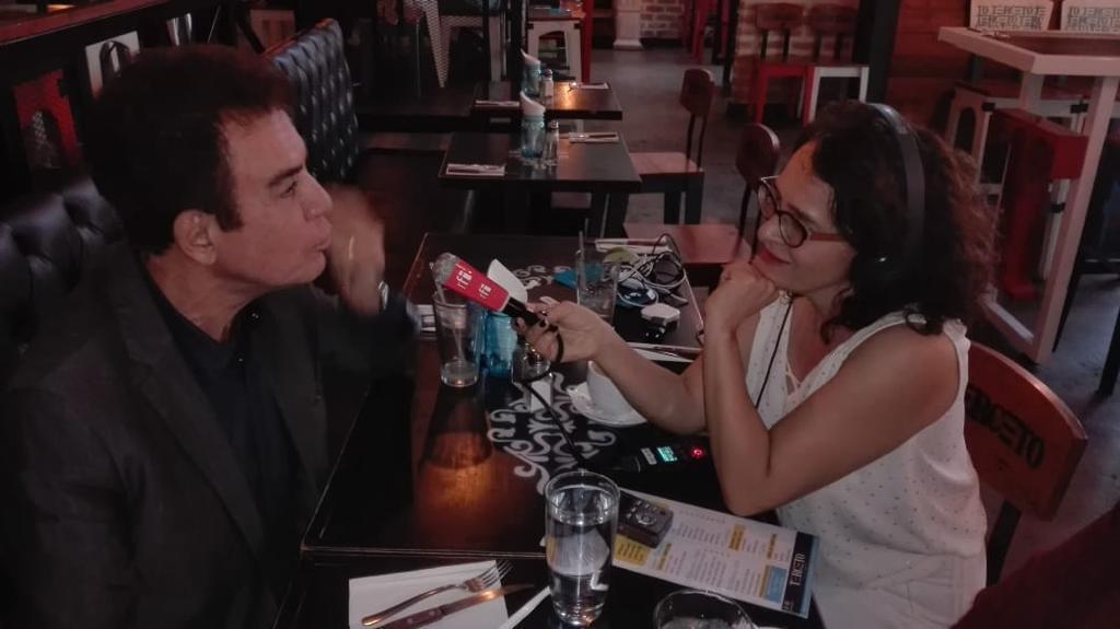 Angélica Pérez (RFI) con Salvador Nasralla.