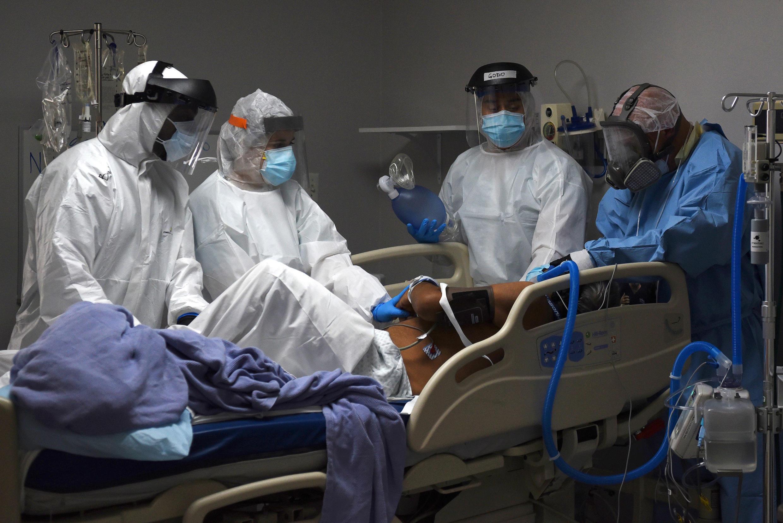Chăm sóc tích cực bệnh nhân Covid-19 tại một bệnh viện ở Houston, Texas, Hoa Kỳ, ngày 29/06/2020.