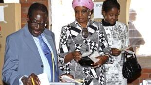 ប្រធានាធិបតីស៊ីមបាវ៉េ ផុតអាណត្តិRobert Mugabe និងភរិយា កំពុងបោះឆ្នោត នៅថ្ងៃពុធនេះ។