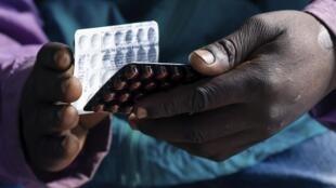 Un patient séropositif reçoit son traitement à la polyclinique Rutsanana de Harare, au Zimbabwe, le 24 juin 2019.