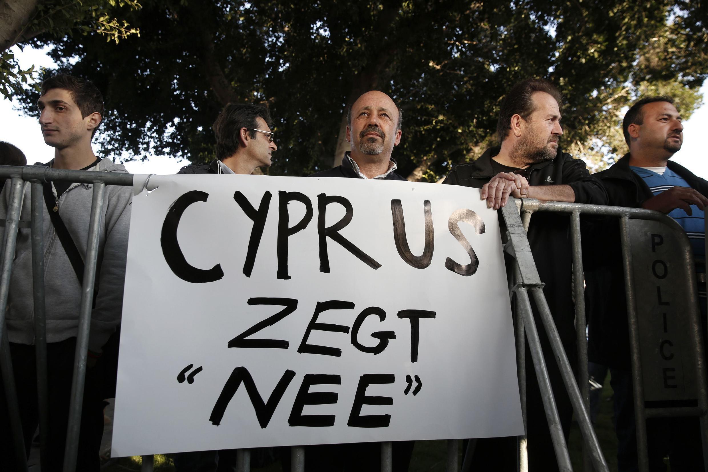 Des manifestants, devant le Parlement chypriote, mardi 19 mars 2013, juste avant que celui ne rejette le plan de sauvetage proposé par l'Union européenne.