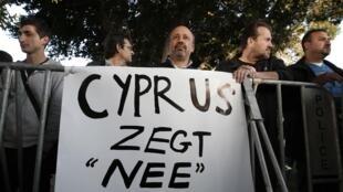 Người biểu tình trước Quốc hội Chypre, trước khi Quốc hội bỏ phiếu bác bỏ kế hoạch của Châu Âu, Nicose, 19/03/2013. .