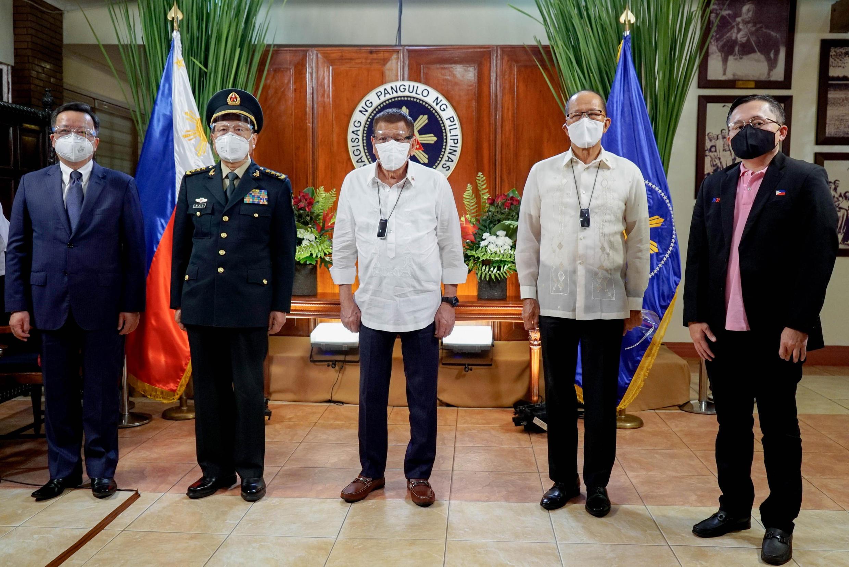 Tổng thống Philippines Rodrigo Duterte (ở giữa) cùng bộ trưởng Quốc Phòng Delfin Lorenzana tiếp bộ trưởng Quốc Phòng Trung Quốc Ngụy Phượng Hòa tại phủ tổng thống, Manila ngày 11/09/2020.