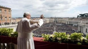 Папа Римский Франциск выступил с посланием «Граду и миру» в Ватикане, 1 апреля 2018 г.