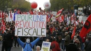 Se dirigeant vers le ministère des Finances, les manifestants ont brandi des fanions aux couleurs du Parti de gauche, du Parti communiste ou du Front de  gauche, et pour certains d'entre eux des balais.