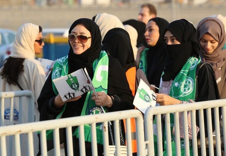 Torcedoras do clube Al-Ahli fazem fila nas entradas para famílias e mulheres no estádio de Jidá, nesta sexta-feira (12).