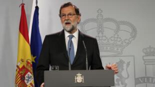 O premiê espanhol Mariano Rajoy realiza discurso depois de sessão extraordinária do Conselho de Ministros em Madri, em 27 de outubro de 2017.